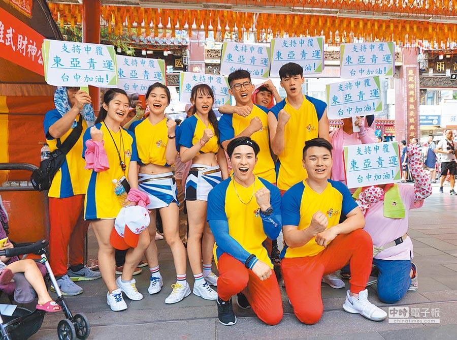 7月26日,文化大學競技啦啦隊聲援台中市府「申復東亞青運,勇敢爭回主辦權」。(本報系資料照片)