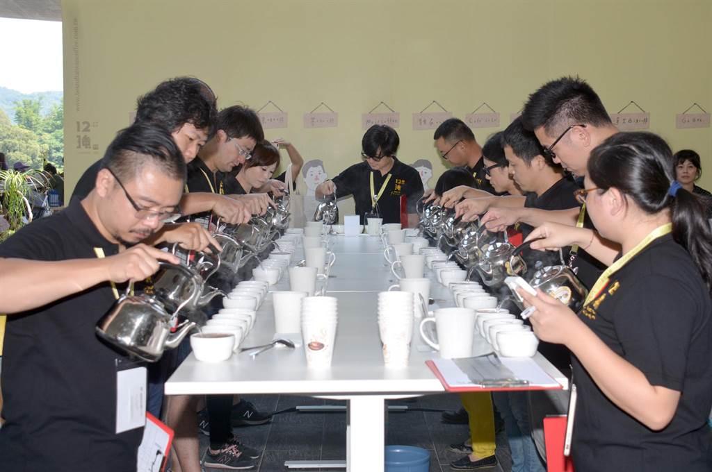 由魚池鄉公所主辦的「台灣咖啡12強+1日月潭邀請賽」,定位為仙拚仙、頂級的決戰;不過主辦單位表示,今年是最終回,明年如何推動咖啡產業?會有新的思考或方向。(沈揮勝攝)