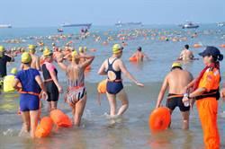 搶灘金門料羅灣  兩岸2000泳士下水