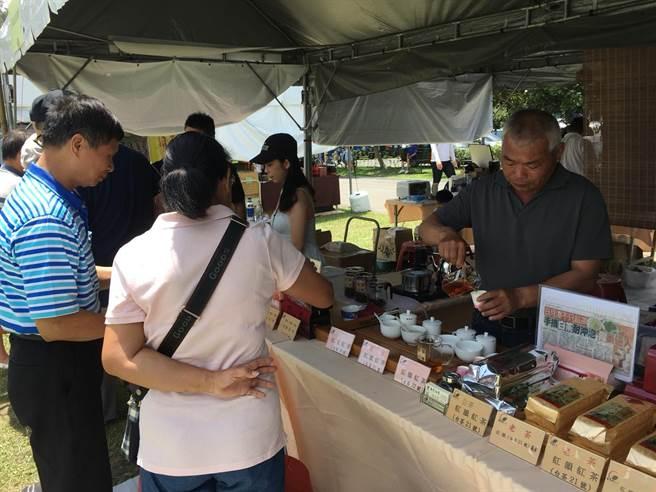 评鑑现场周边,红茶与咖啡展售。(沈挥胜摄)