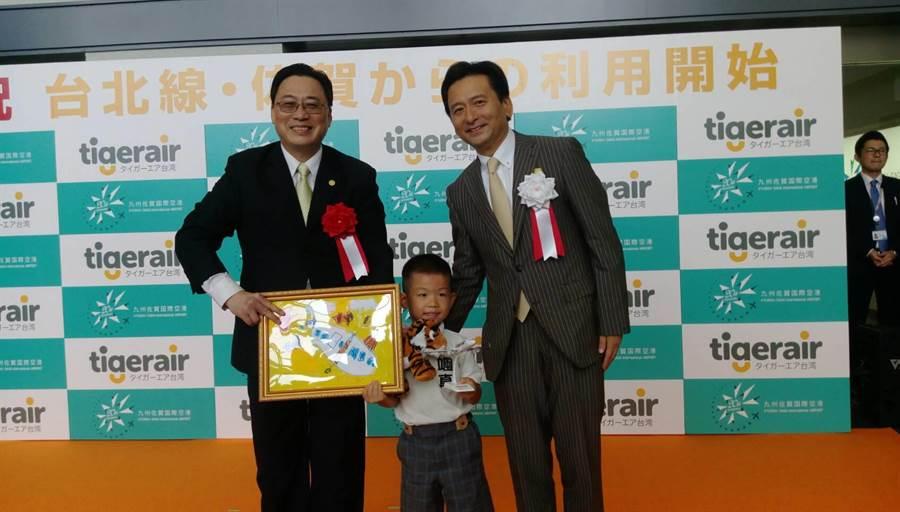 台灣虎航董事長張鴻鐘(左)及佐賀知事山口祥義(右)頒獎給畫台灣虎航飛機的小朋友。圖:張佩芬