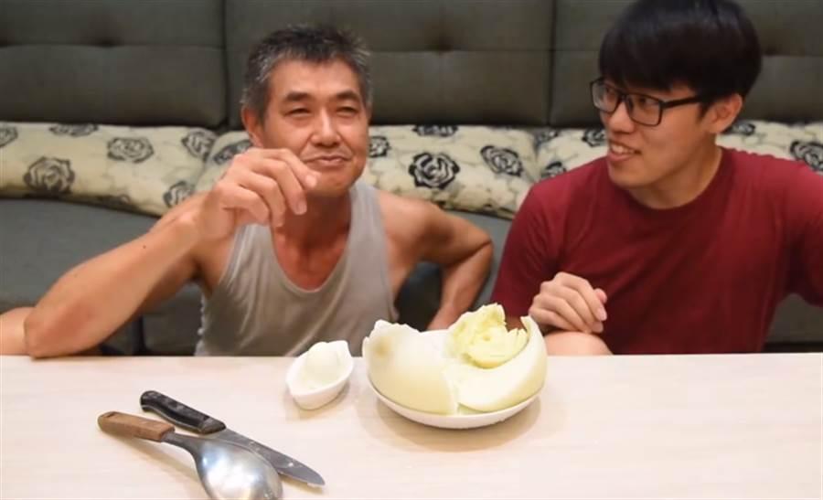 超大顆鴕鳥蛋醃成鹹蛋 網紅:「吃起來像蛋糕」