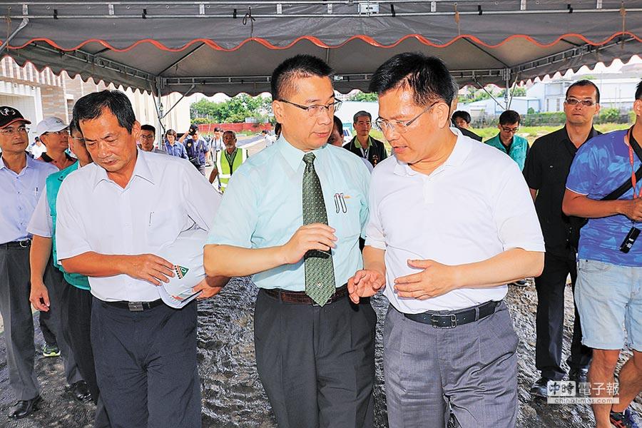 内政部长徐国勇(中)、台中市长林佳龙(右)视察丰原水资源回收中心。(王文吉摄)