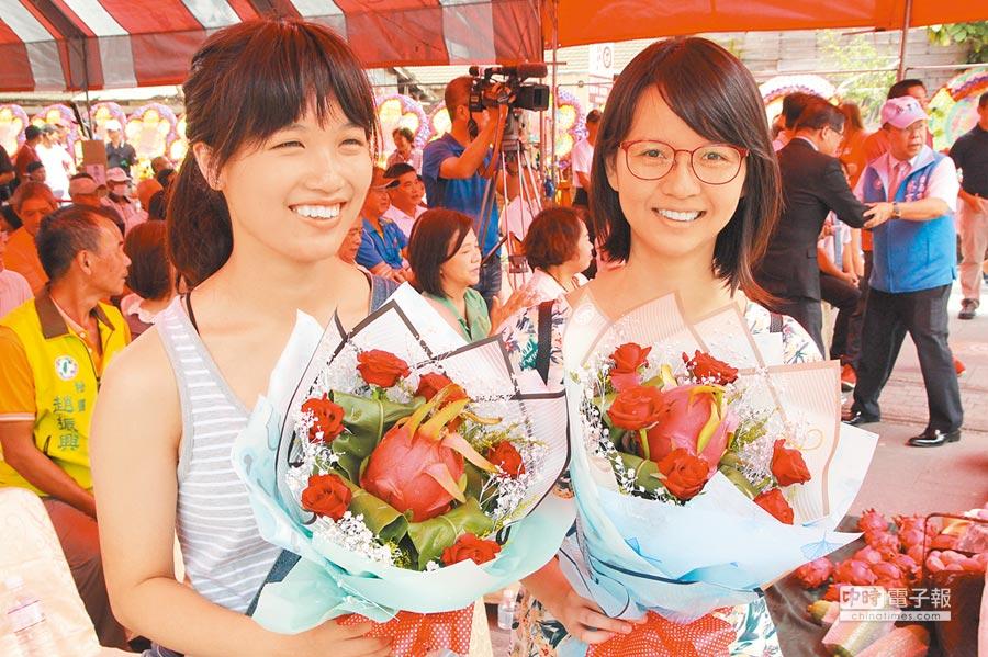 台南市東山區火龍果種植面積近百公頃,是台南第一,年產量約3000公噸,產值逾億元,區公所28日舉辦產業文化活動推廣,用火龍果製成的花束鮮紅欲滴,頗為吸睛。(莊曜聰攝)