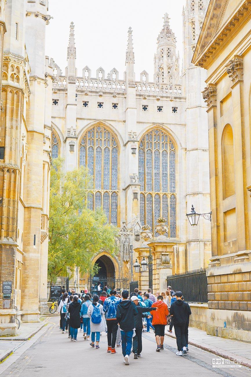 英國劍橋大學的校園被遊客擠爆,人群中有不少是來自大陸旅遊團和學生遊學隊伍。(CFP)