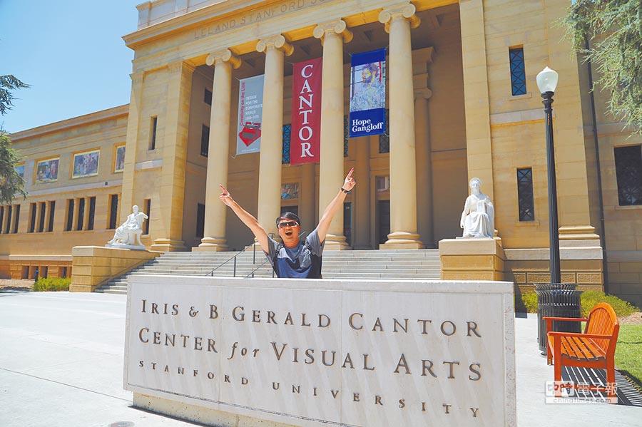 位於矽谷的史丹佛大學迎來暑期遊學的高峰期,一名大陸學生在史丹佛大學合影。(CFP)