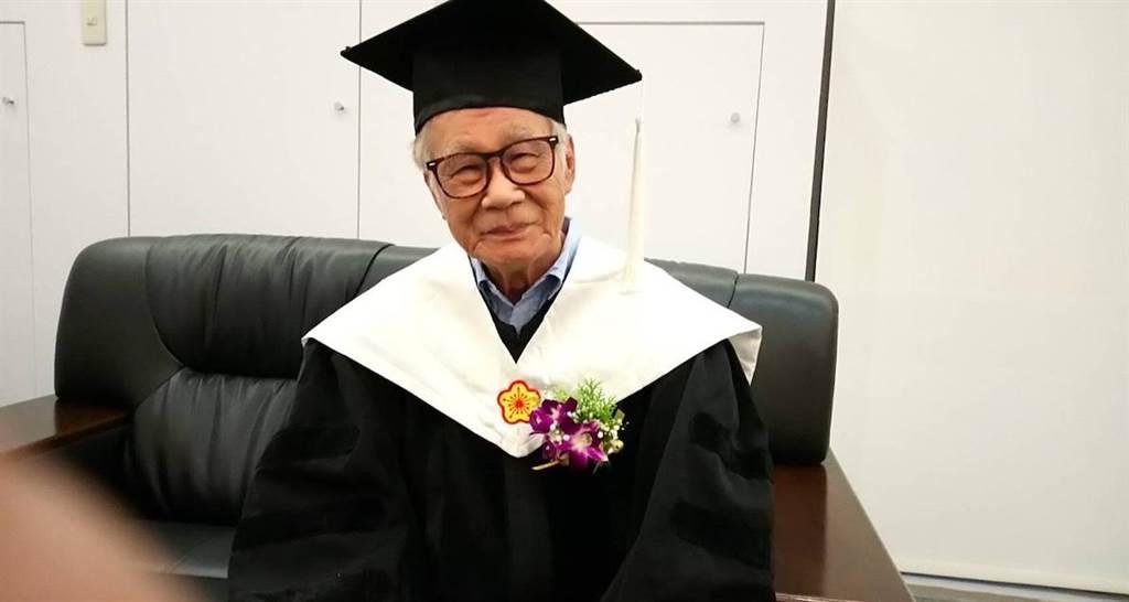 資深導演林福地上週獲頒名譽博士學位。(林福地提供)