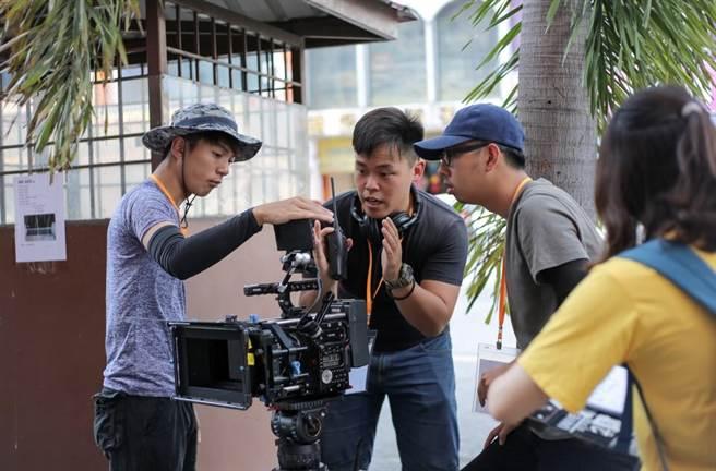 「影視系」劉家軒(中)熱愛拍片,享受作品完成後的「回甘」滋味。(劉家軒提供)