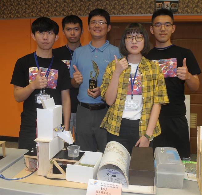 來自羅東高工的高技107隊學生方韋麒(左一)、吳翊勤(左二)、林冠豪(右一)與張庭芯(右二),在指導老師林建明(中)的帶領下拿到冠軍。(季志翔攝)