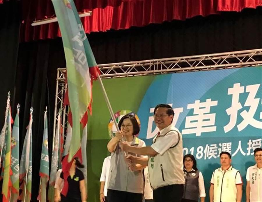 總統兼民進黨主席蔡英文(左)授旗給爭取連任的嘉義市長涂醒哲。(資料照,廖素慧攝)