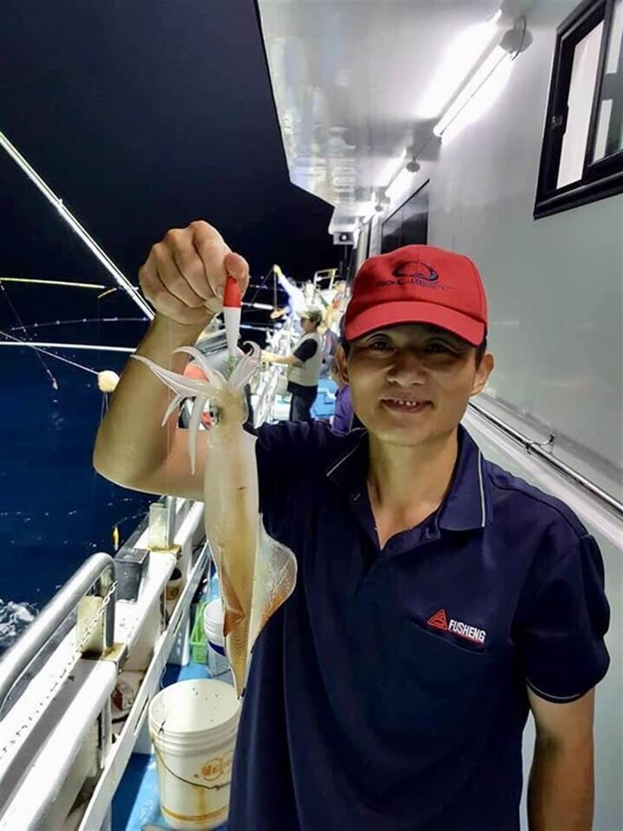 民眾體驗夜釣活動,享受自己釣起鎖管的樂趣。(圖/新北市漁業處提供)