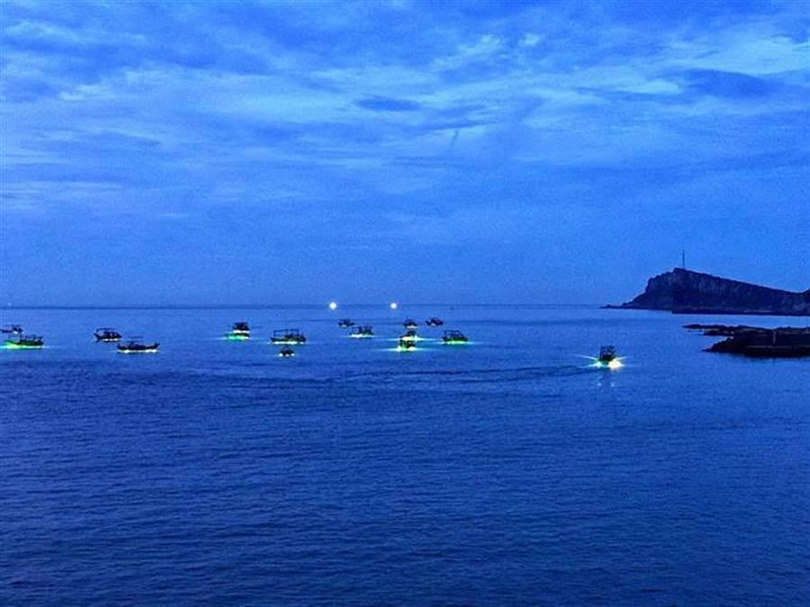 當地漁船利用集魚燈誘捕鎖管。(圖/新北市漁業處提供)