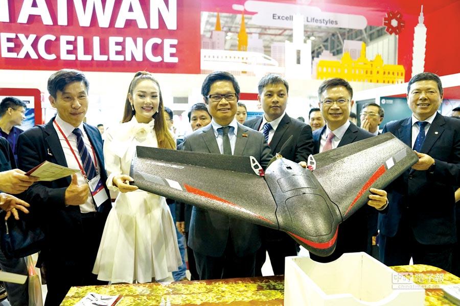 越南工商總會武進祿主席(左三)與外貿協會黃志芳董事長(右二)、葉明水祕書長(右一),聆聽經緯航太科技公司介紹翼龍輕便手拋無人機的應用。                              圖╱貿協提供