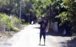 驚險圍捕 男子槍抵太陽穴自戕 警方制伏撿回一命