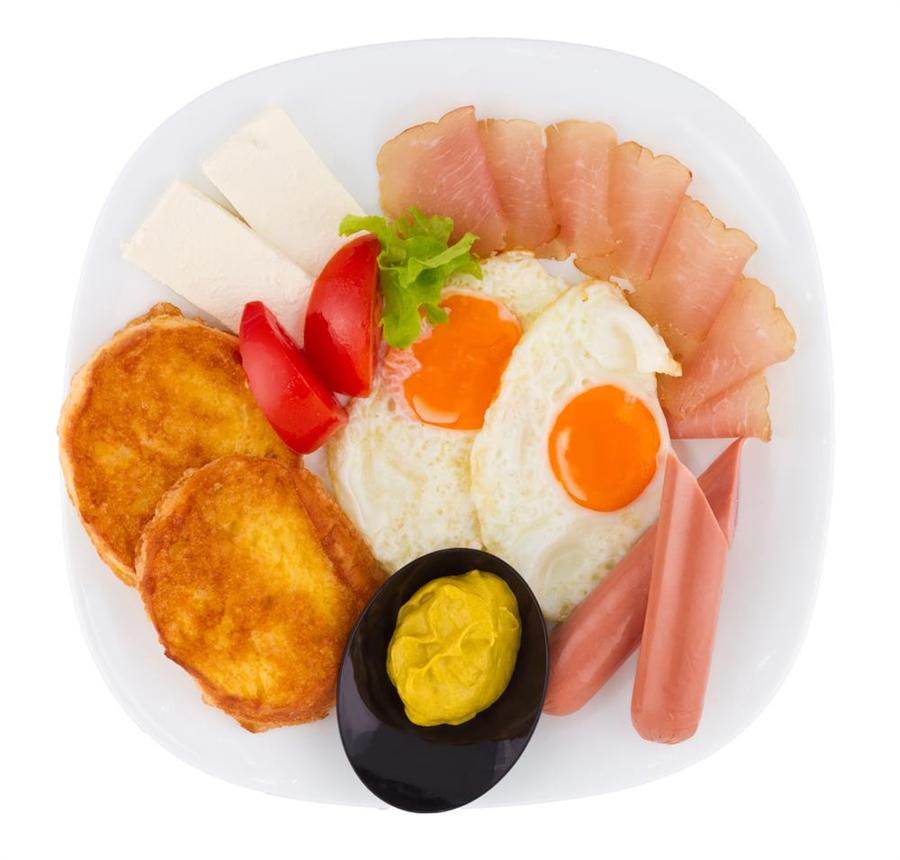 早餐中的常見組合香腸、火腿、熱狗和起司、蛋、番茄一起吃,竟會致癌。(圖/達志影像)