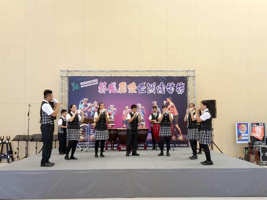 築風陶笛樂團,31日在新營文化中心演藝大廳行前演出,讓會場充滿優雅陶笛音樂。