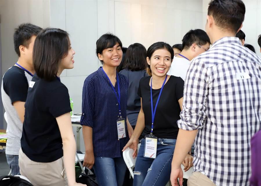教育部青年署舉辦新南向跨國創業交流活動,來自不同國家的成員們熱烈討論創業的想法。(教育部提供)