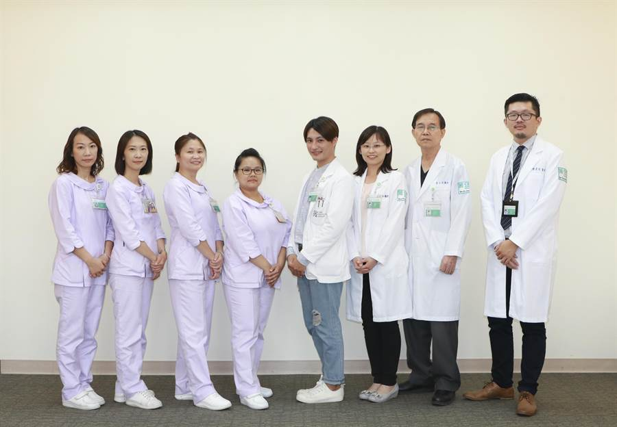 楊梅怡仁醫院居家醫療整合照護計畫團隊提供民眾最即時的醫療服務。(怡仁醫院提供)