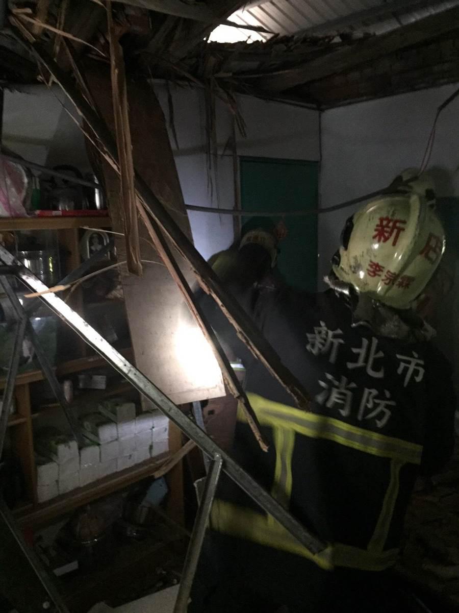 新北市新店區莒光路某民宅一樓今(31日)中午12時許,鐵皮及木造建材的天花板突然崩塌掉落。(葉書宏翻攝)
