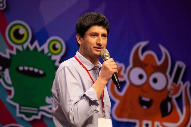 參賽小組們不眠不休72小時,身為評審團一員的智利聖巴斯提安大學教授Nicolas Prieto Perez表示參賽隊伍值得為自己喝采。(教育部提供)