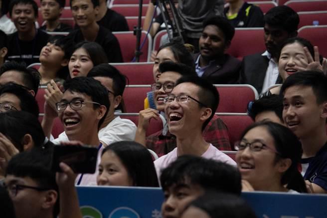 關主們在台上高唱「關主之歌」,歌詞貼切描述72小時來的競賽過程,讓參賽學生們拍手大笑。(教育部提供)
