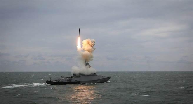 俄羅斯有意出口圖中搭配口徑巡航導彈的新式22800型Karakurt級導彈炮艇,還點名中國為潛在客戶,大陸專家稱這是俄方一廂情願。(圖/衛星通訊社)