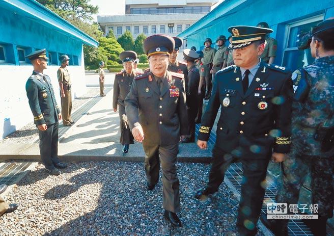 北韓陸軍中將安益山(中)昨日跨越北緯38度的兩韓分界線,前往南韓側的和平之家與南韓代表團進行軍事會談。雙方將商討如何將非軍事區打造成真正的和平地帶。(路透)