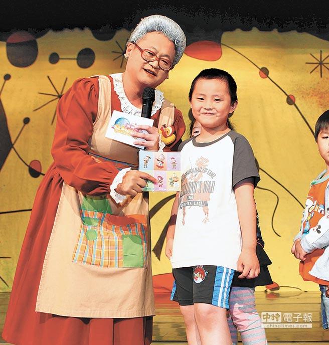 趙自強(左)扮水果奶奶,和小朋友歡度兒童節。(本報系資料照片)