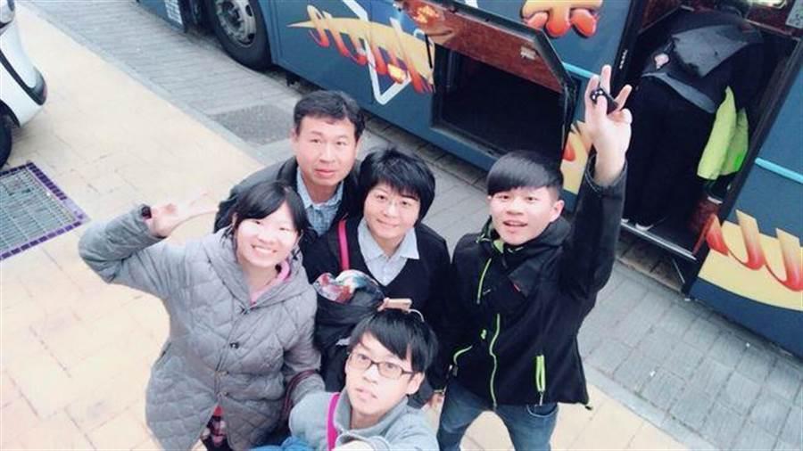 信義房屋黃琡珺(中)親切熱情,陪伴家人不缺席。(圖/信義房屋 提供)