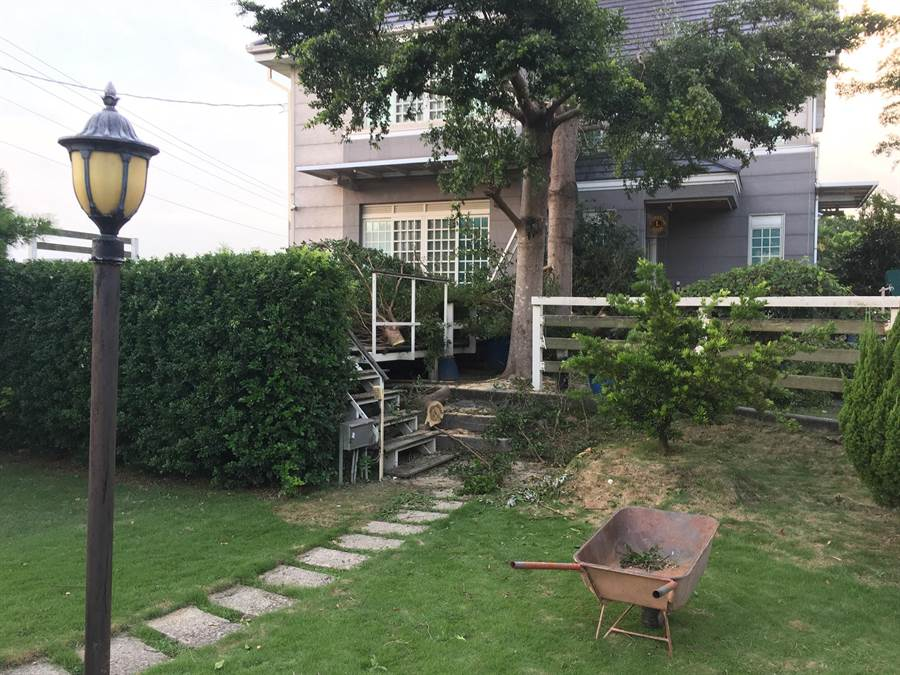 園藝工人江男魂斷別墅,獨輪搬運車還遺留在現場。(王文吉翻攝)