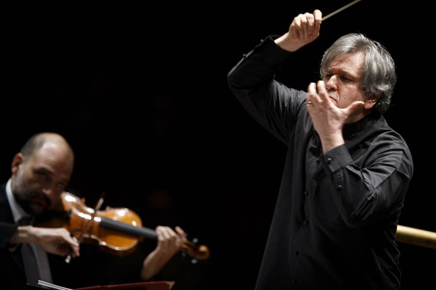 帕帕諾爵士執掌聖西西里亞管弦樂團音樂總監12年,傳承經典,也開創古典音樂新局。(牛耳提供)