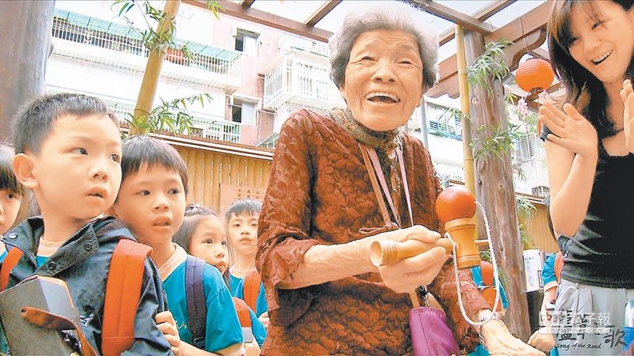 電影《蘆葦之歌》訪談二次世界大戰被迫擔任慰安婦的台籍阿嬤。(台灣國際女性影展提供)