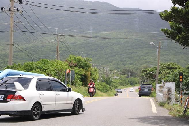 屏200縣道是往返恆春、滿州的要道,但因交界處彎曲又無快慢車道分離,且路寬僅8米,多年來事故頻傳。(謝佳潾攝)