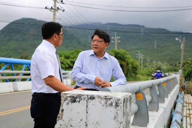 恆春鎮長盧玉棟(左)向屏縣長潘孟安(右)講述屏200縣道路寬僅8米、無快慢車道分離等問題。(謝佳潾攝)