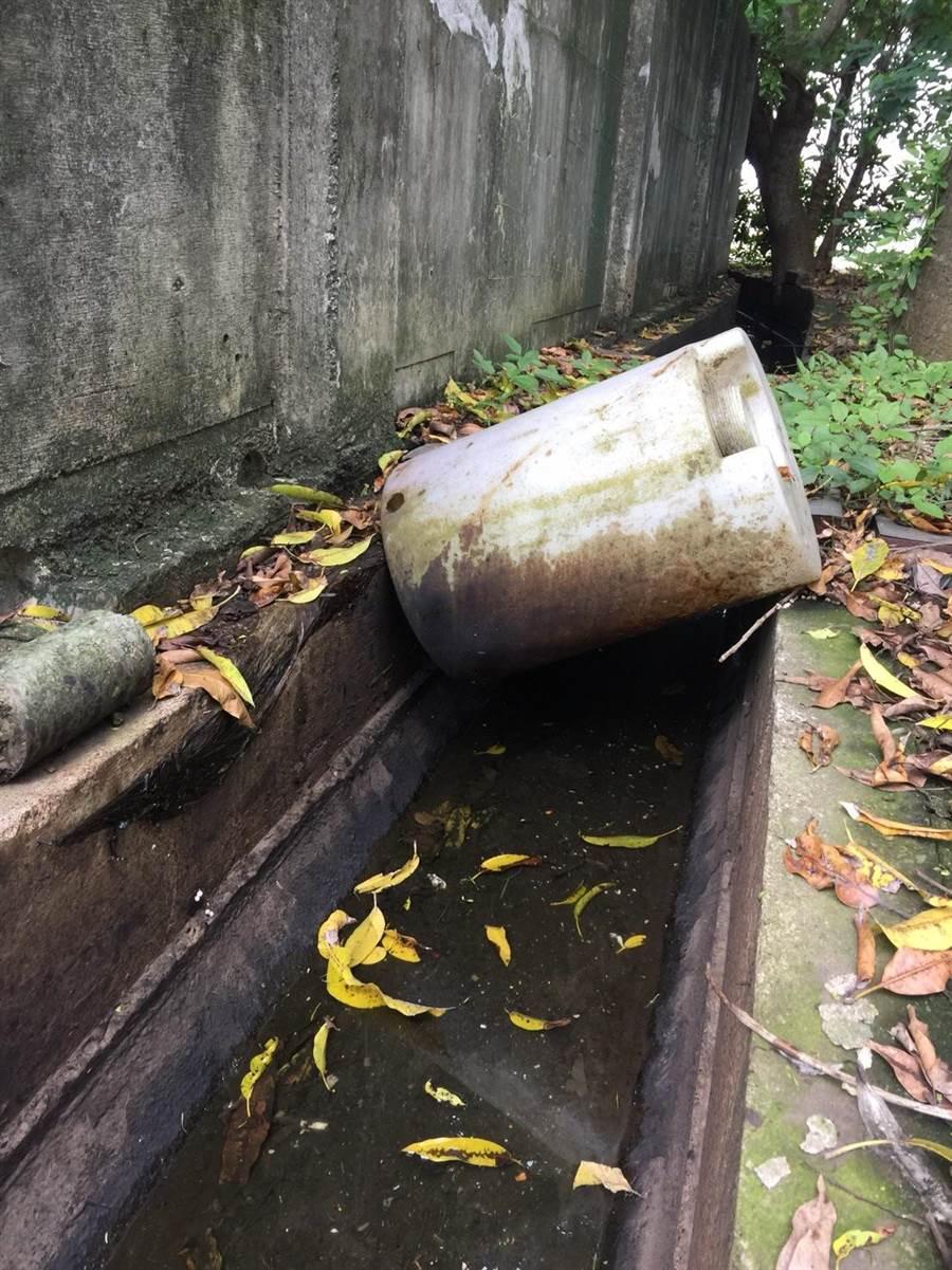 保局2日中午派人到場稽查,發現是附近某家食品工廠放在廠區內的鍋爐重油溢出造成汙染,將依法告發開罰。(台南市環保局提供)