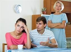 夾在媽媽與女友間 他的選擇網友拳頭硬了