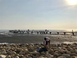 守護香山「百萬海景」 在地店家自發淨灘