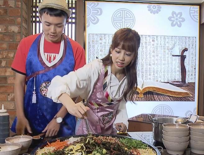 何紫妍大展廚藝做石鍋拌飯。(圖片提供:東森)