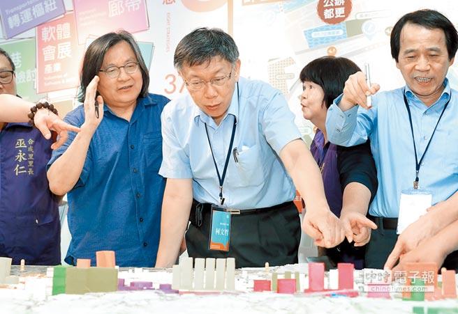 台北市長柯文哲(中)2日出席南港區都更駐地工作站開幕典禮,仔細研究東區門戶計畫的模型。(鄭任南)