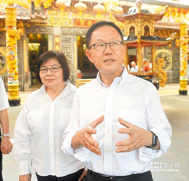 圖為國民黨台北市長參選人丁守中(右)2日走訪信義區五分埔。(季志翔攝)