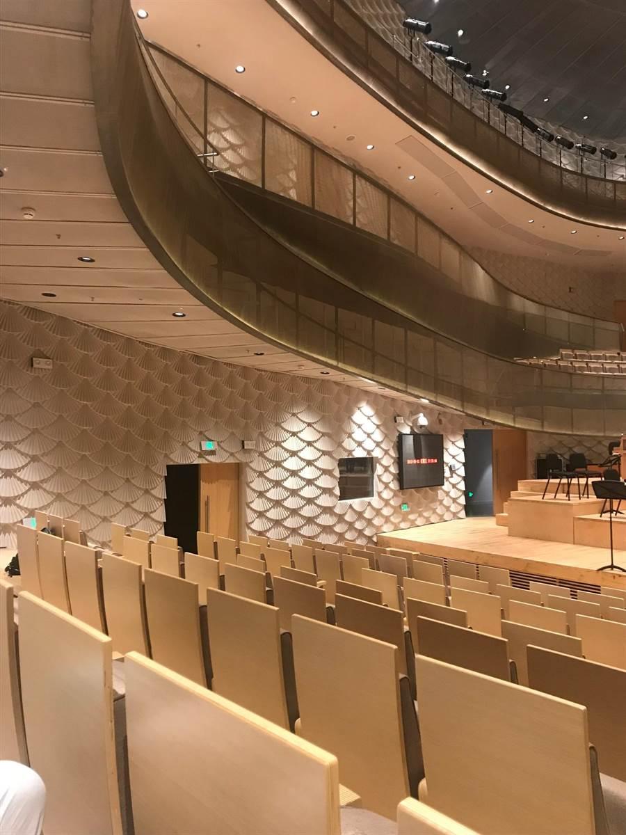 蘇州交響樂團駐團地金雞湖音樂廳牆面以凹凸的蘇扇造型讓音量得以緩反射,確保音響品質。(牛耳提供)