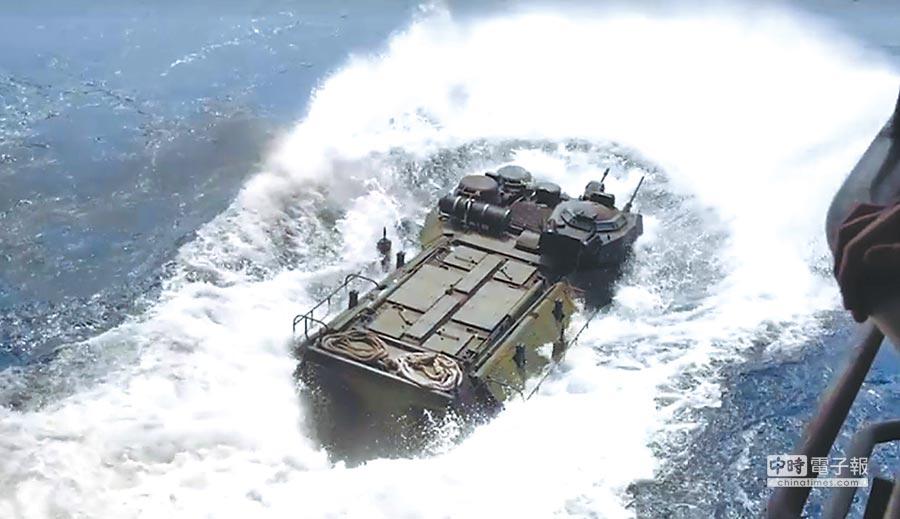 美國國會建議推動美台軍演。圖為4月初美韓聯合軍演,美國海軍博諾姆‧理查號登陸艇操演情形。(取自美國海軍官網)