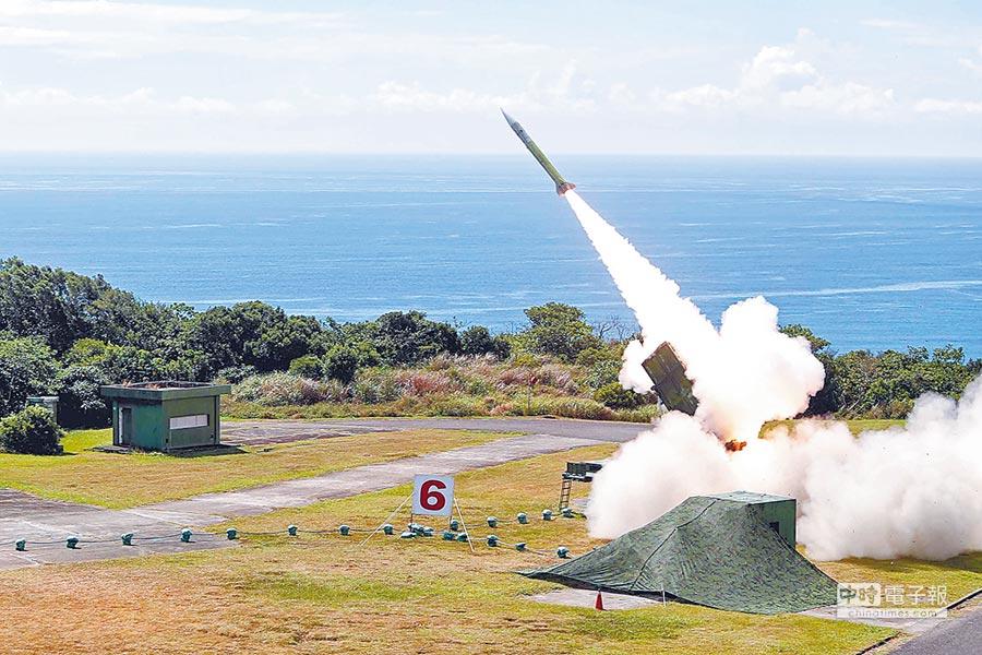 6月5日,國軍漢光34號實彈實兵演練,空軍防空部隊在屏東九鵬基地進行愛國者二型飛彈實彈射擊。(國防部提供)