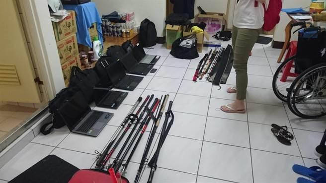 警方在林嫌家中查獲數台筆電、手機、包包等大批贓物,還有安非他命、制式子彈等,清查至少涉及35起竊案。(蔡依珍翻攝)