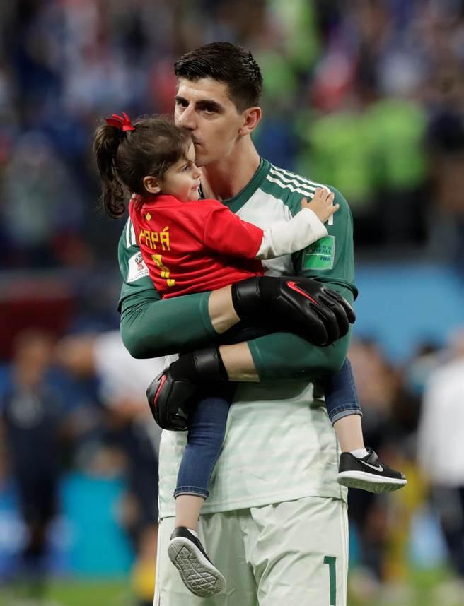 比利時門將庫爾圖瓦在俄羅斯世足賽期間親吻愛女。(路透資料照)