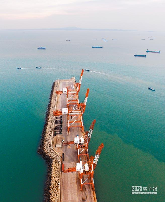金門與泉州晉江通水,歷經5年以上,工程浩大。圖為從晉江圍頭碼頭遠眺金門,透過陸上及海上管線,兩地將在5日正式通水。(新華社)