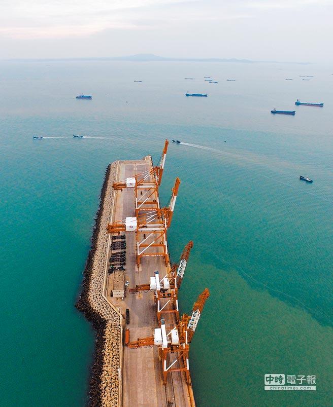 在晉江圍頭碼頭遠眺金門島。(新華社資料照片)