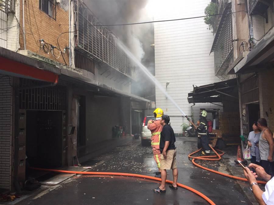 新北市八里區一處5層樓民宅4日上午發生火警,警消獲報到場救援,在火場3樓廁所救出已無呼吸心跳的2男、一女,隨即送醫急救。(新北市消防局提供)中央社記者王鴻國傳真 107年8月4日