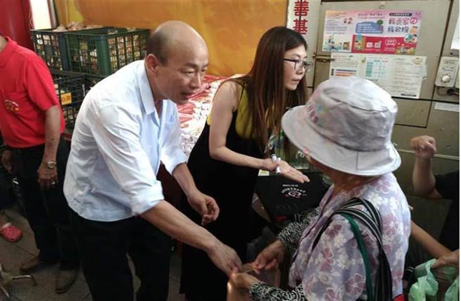 韓國瑜2日拜訪高雄市三民區行德宮,並發放便當給街友。(圖片來源:韓國瑜臉書)