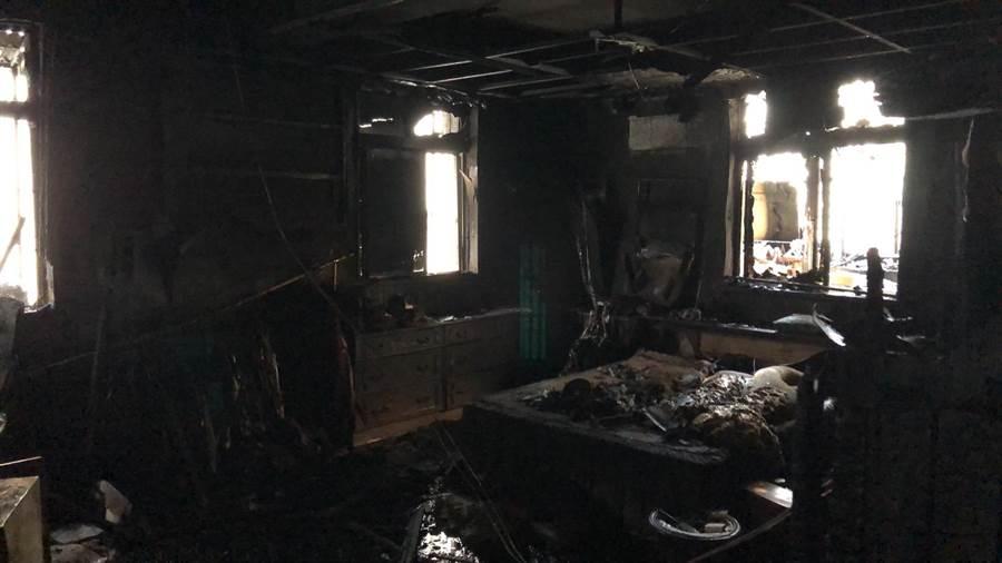 公寓2樓被大火燒得一片焦黑。(譚宇哲翻攝)